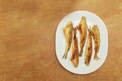 Τήξη ψαριών που τηγανίζεται σε ένα πιάτο Τοπ όψη Στοκ Εικόνες