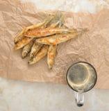 Τήξη ψαριών που τηγανίζονται και μπύρα σε χαρτί του Κραφτ Στοκ Φωτογραφίες