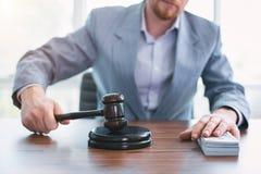 Τίμιος ανώτερος υπάλληλος που κρατά εγγραμμένο gavel στοκ φωτογραφία με δικαίωμα ελεύθερης χρήσης