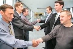 τίναγμα συνεργατών επιχειρησιακών χεριών στοκ φωτογραφία