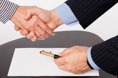 Τίναγμα χεριών ανδρών και γυναικών Στοκ Φωτογραφία