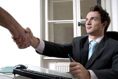 τίναγμα χεριών επιχειρηματιών Στοκ εικόνα με δικαίωμα ελεύθερης χρήσης