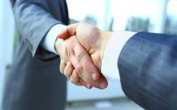 τίναγμα χεριών επιχειρηματιών Στοκ Εικόνες