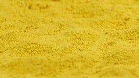 Τίναγμα turmeric της σκόνης - σε αργή κίνηση απόθεμα βίντεο