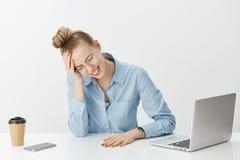 Τίποτα δεν μπορεί να γίνει για να καθορίσει το πρόβλημα Δυστυχισμένος ο θηλυκός επιχειρηματίας στα γυαλιά, να φωνάξει, που σφίγγε Στοκ Φωτογραφίες