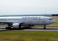 Τίτλος αεροπλάνων Air France στο διάδρομο για να αρχίσει το ταξίδι στοκ εικόνες