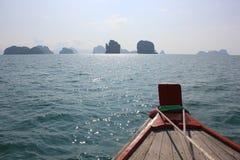 Τίτλος βαρκών προς τα νησιά στον ορίζοντα στο τροπικό νησί στοκ εικόνα