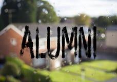 Τίτλος κειμένων ανακοίνωσης που παρουσιάζει στους αποφοίτους κολλεγίου προηγούμενους σπουδαστές Επιχειρησιακή έννοια για το τελεί στοκ φωτογραφίες