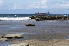 Τίτλος σκαφών έξω στη θάλασσα ενάντια στα κύματα Στοκ εικόνες με δικαίωμα ελεύθερης χρήσης