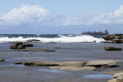 Τίτλος σκαφών έξω στη θάλασσα ενάντια στα κύματα Στοκ φωτογραφία με δικαίωμα ελεύθερης χρήσης