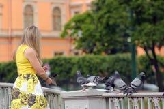 ταΐζοντας γυναίκα περιστεριών Στοκ Φωτογραφία