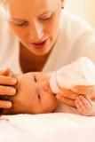 ταΐζοντας μητέρα μωρών στοκ εικόνες με δικαίωμα ελεύθερης χρήσης
