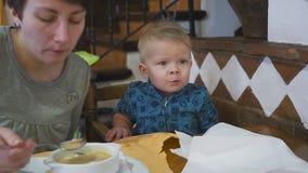 Ταΐζοντας μωρό μητέρων όμορφη σούπα στον καφέ εύγευστος απόθεμα βίντεο