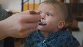 Ταΐζοντας μωρό μητέρων όμορφη σούπα στον καφέ εύγευστος φιλμ μικρού μήκους