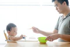 Ταΐζοντας μωρό πατέρων στερεά τρόφιμα στοκ φωτογραφία με δικαίωμα ελεύθερης χρήσης