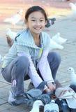 ταΐζοντας περιστέρι παιδ&iot Στοκ Φωτογραφίες