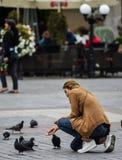 Ταΐζοντας πουλιά κοριτσιών στο Rynek στην Κρακοβία Πολωνία - Auguts 2017 στοκ φωτογραφίες