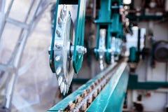 Ταΐζοντας πριονιστήριο μηχανισμών Ισχυροί κύλινδροι μετάλλων με τις ακίδες στοκ φωτογραφίες με δικαίωμα ελεύθερης χρήσης