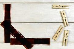Ταινία για τη κάμερα και clothespins Στοκ φωτογραφία με δικαίωμα ελεύθερης χρήσης