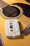 Ταινία κασετών στην ακουστική κιθάρα στοκ εικόνες
