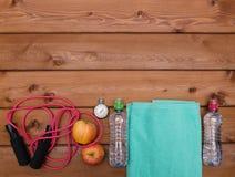 Ταινία μέτρου μπουκαλιών νερό χρονομέτρων με διακόπτη μήλων πετσετών που πηδά ro Στοκ φωτογραφίες με δικαίωμα ελεύθερης χρήσης