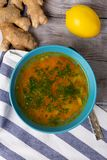 ταινία μέτρου υγείας έννοιας μήλων Κύπελλο του φρέσκου σπιτικού ζωμού σούπας για να θεραπεύσει τη γρίπη, ασθένεια, άρρωστοι Λεμόν στοκ εικόνες με δικαίωμα ελεύθερης χρήσης