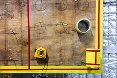 Ταινία Meature, που μετρά το εργαλείο στον ξύλινο πίνακα στοκ εικόνα
