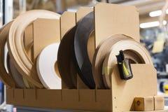 Ταινίες ζωνών καπλαμάδων ή ακρών στο εργοστάσιο ξυλουργικής Στοκ Φωτογραφία