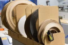 Ταινίες ζωνών καπλαμάδων ή ακρών στο εργοστάσιο ξυλουργικής Στοκ εικόνες με δικαίωμα ελεύθερης χρήσης