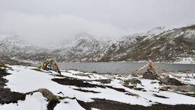 Ταινίες και λίμνη Sutra κάτω από το βουνό χιονιού Στοκ φωτογραφία με δικαίωμα ελεύθερης χρήσης