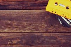 Ταινίες κασετών πέρα από τον ξύλινο πίνακα Τοπ όψη Στοκ εικόνες με δικαίωμα ελεύθερης χρήσης