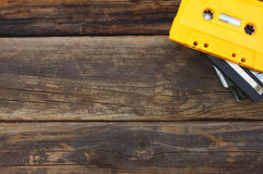 Ταινίες κασετών πέρα από τον ξύλινο πίνακα Τοπ όψη Στοκ Εικόνες