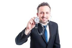 Ταιριαγμένος αρσενικός γιατρός με το στηθοσκόπιο Στοκ φωτογραφία με δικαίωμα ελεύθερης χρήσης