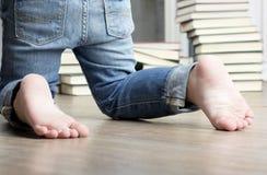 Τακούνι παιδιών στα βιβλία υποβάθρου στοκ φωτογραφία με δικαίωμα ελεύθερης χρήσης