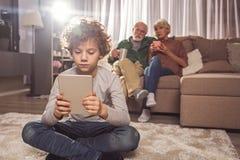 Τακτικό παιχνίδι αγοριών με την ψηφιακή συσκευή Στοκ φωτογραφία με δικαίωμα ελεύθερης χρήσης