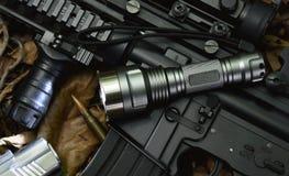 Τακτικό φως λάμψης και όπλο πυροβόλων όπλων επιθετικών τουφεκιών Στοκ Φωτογραφίες