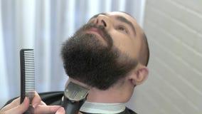 Τακτοποίηση γενειάδων στο barbershop απόθεμα βίντεο