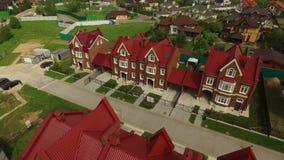 Τακτοποίηση εξοχικών σπιτιών σε ένα βρετανικό εναέριο βίντεο ύφους φιλμ μικρού μήκους