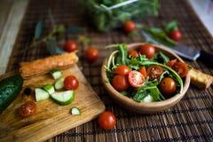 Τακτοποίηση της φρέσκιας πράσινης σαλάτας με τα αγγούρια και τις ντομάτες Στοκ φωτογραφία με δικαίωμα ελεύθερης χρήσης