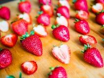 Τακτοποιημένες φράουλες σε έναν ξύλινο πίνακα Στοκ Φωτογραφίες