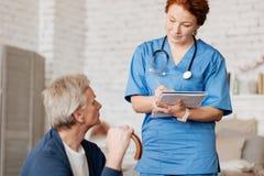 Τακτοποιημένη προσεκτική ακρόαση γιατρών έξω ο ασθενής της στοκ εικόνα με δικαίωμα ελεύθερης χρήσης