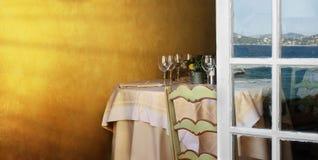 Τακτοποιημένος πίνακας σε ένα εστιατόριο και ένα ανοικτό παράθυρο Στοκ φωτογραφίες με δικαίωμα ελεύθερης χρήσης