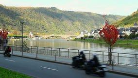 Τακτοποιημένο μικρό χωριό στον ποταμό, κυκλοφορία αυτοκινήτων γεφυρών οικοδομήσεων απόθεμα βίντεο