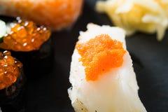 τακτοποιημένο sashimi σολομών κομματιών ανασκόπησης ακατέργαστο λευκό σουσιών Στοκ Εικόνα