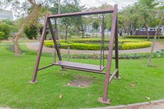 Ταλάντευση αλυσίδων στο πάρκο Στοκ εικόνες με δικαίωμα ελεύθερης χρήσης