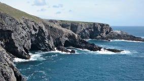 Ταλάντευση απότομων βράχων ακτών απόθεμα βίντεο