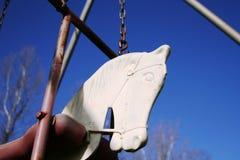 Ταλάντευση κεφαλιών αλόγων του παλαιού παιδιού στοκ φωτογραφία με δικαίωμα ελεύθερης χρήσης