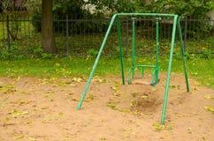 Ταλάντευση μωρών στην παιδική χαρά στο πάρκο Στοκ Φωτογραφίες