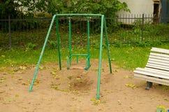 Ταλάντευση μωρών στην παιδική χαρά στο πάρκο Στοκ φωτογραφία με δικαίωμα ελεύθερης χρήσης