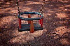 Ταλάντευση μωρών στο πάρκο πολύ στενό Στοκ φωτογραφία με δικαίωμα ελεύθερης χρήσης